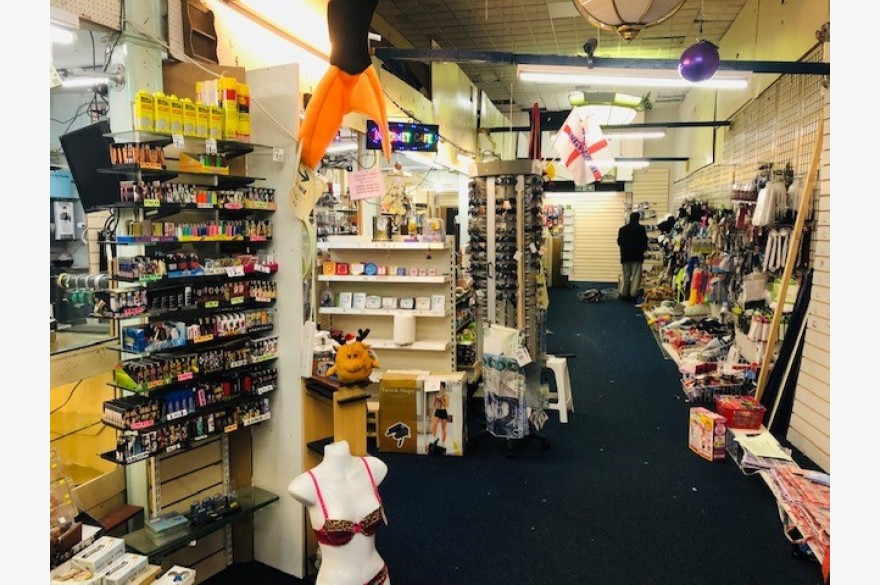 Empty Retail Premises To Rent - Photograph 2